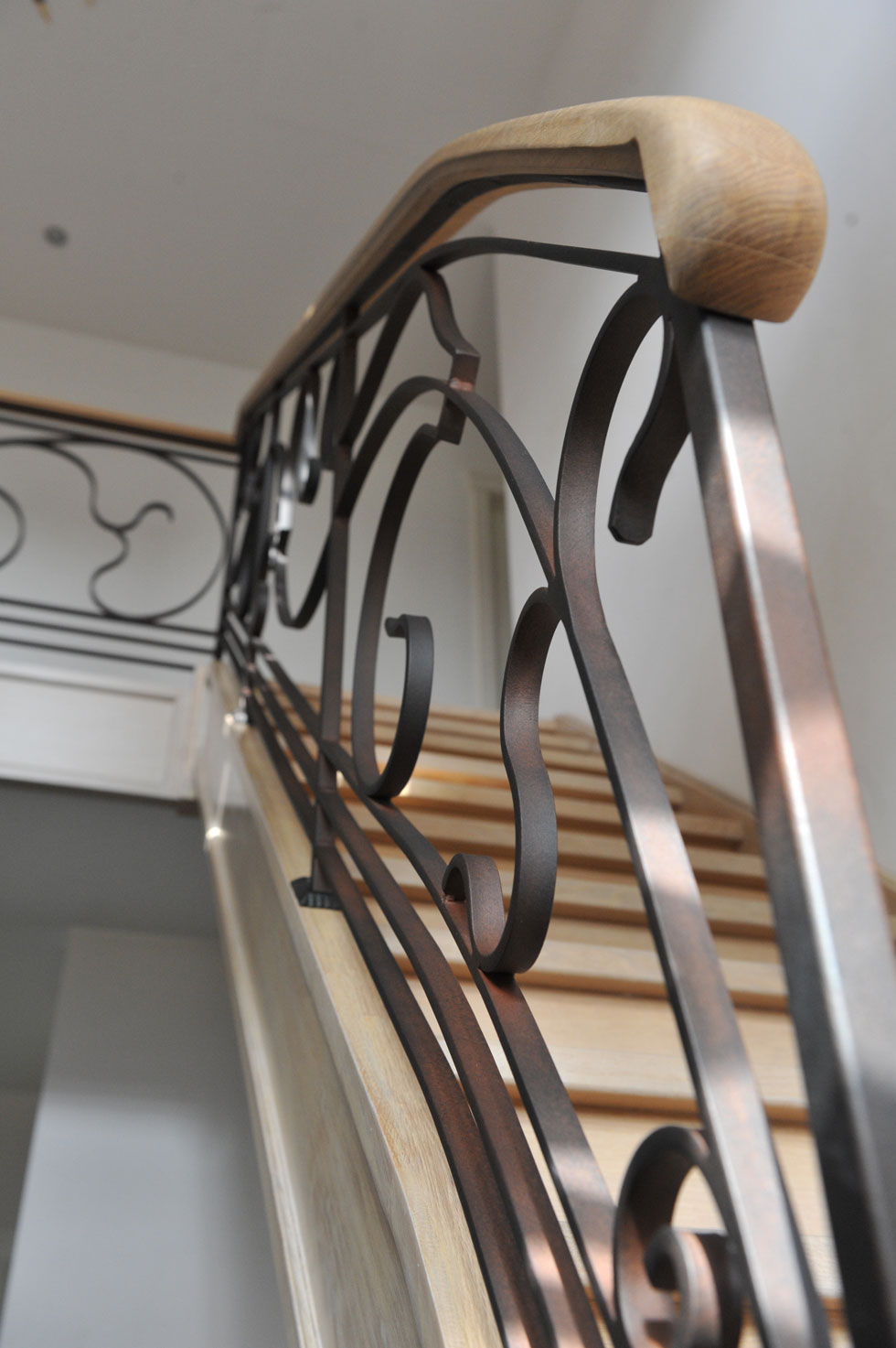 Trappen met metalen balustrade 16